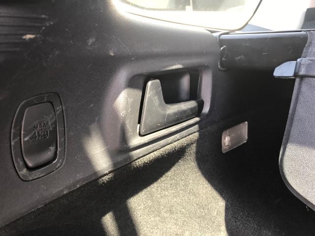 ラゲッジサイドのレバーを引くと後部座席が倒れます。