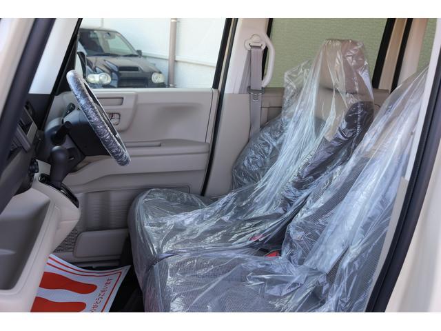 フロントシートはベンチシートになっております。乗り降りもしやすく、横の移動が楽に出来ます。また、足もともスッキリしております。