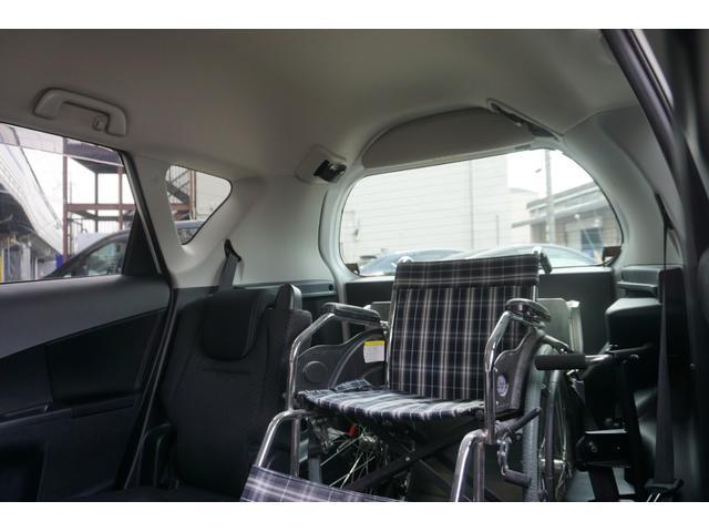 頭上の空間広々です★車イスの横に 介助者さんものれます★ 介助のしやすい位置ですね★