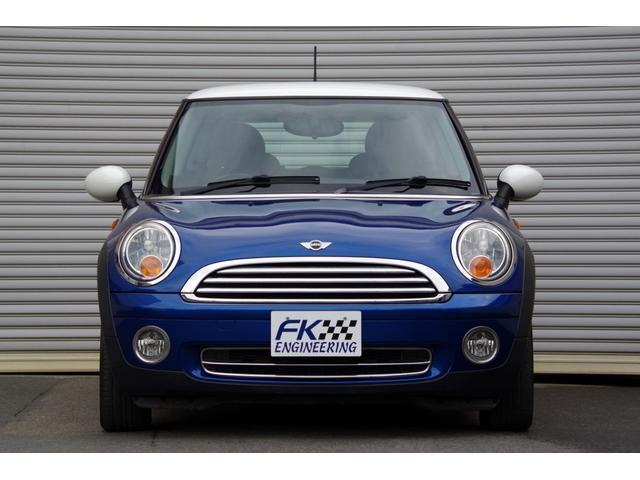 大人気BMW MINIが入庫しました♪人気カラー、ライトニングブルーの上質な1台です。MINIは乗って楽しい、弄って楽しいお車です!お客様だけのオリジナルのMINIを一緒に作っていきませんか(^^♪?