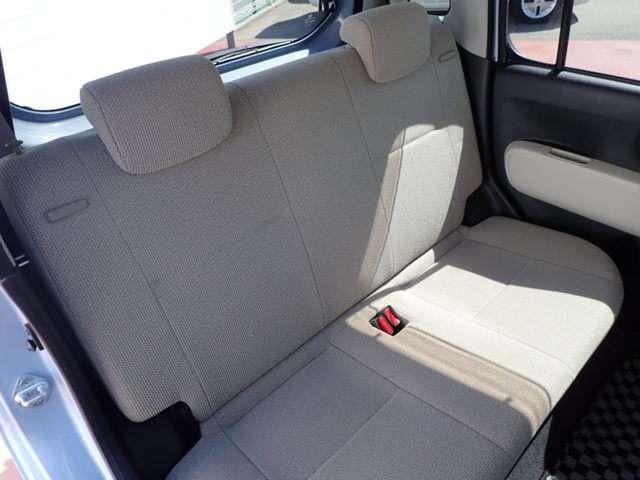 後席も余裕の広さ!ゆったりくつろげます!!ゆったり座れるリヤシート!足元広々していて、乗り心地も良いです!