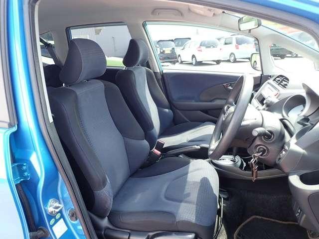程よい硬さとホールド性が高くロングドライブも疲れにくいシートです。