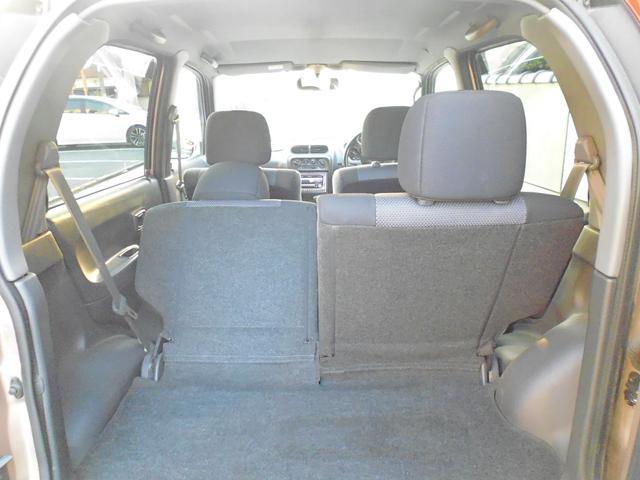 後部座席の片側を前方に倒して少し長い荷物を積み込んだり、