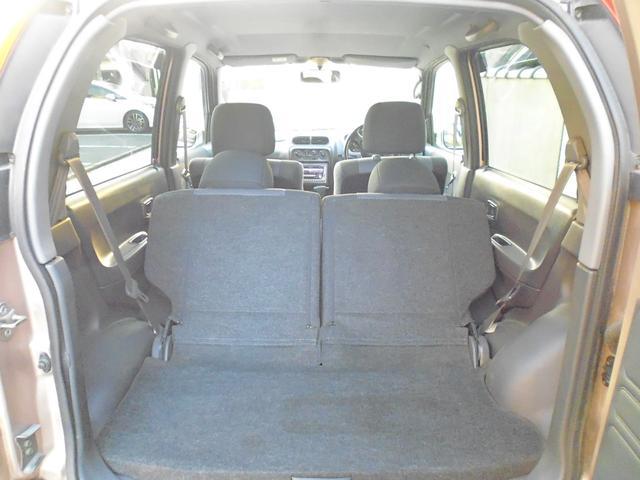 後部座席の左右をワンタッチで前方に倒してこの広さにすることも。さらに・・・