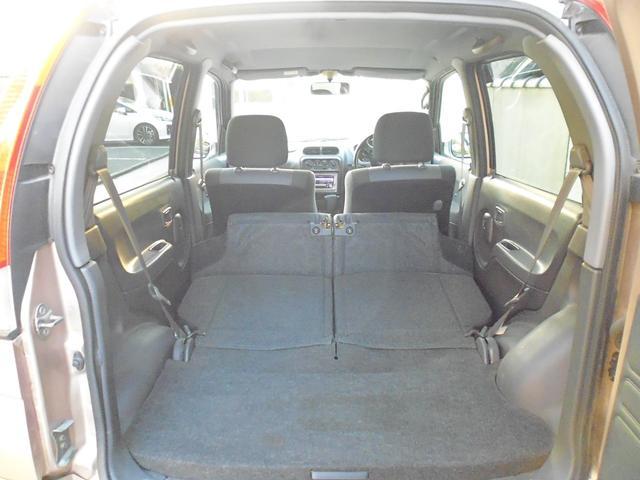 後部座席の座面を前に出して、フラットな状態にすることも可能です。