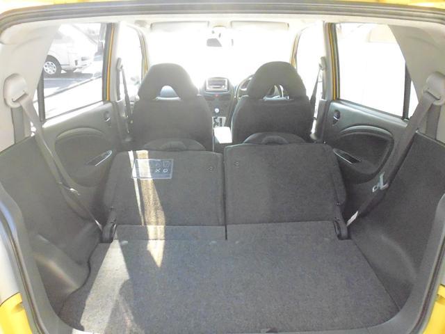 後部座席を左右両方前方に倒して、ラゲッジスペースをさらに広くすることも可能です。