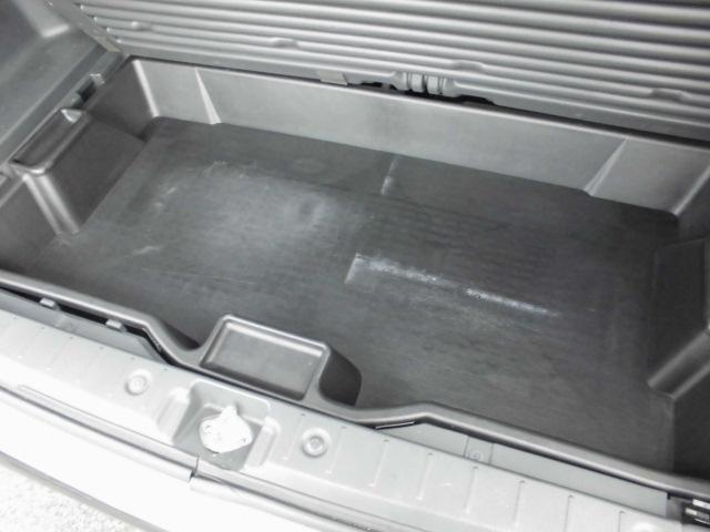 これは使えます!スペアタイヤの上部に34Lの大容量ラゲッジボックス付き!