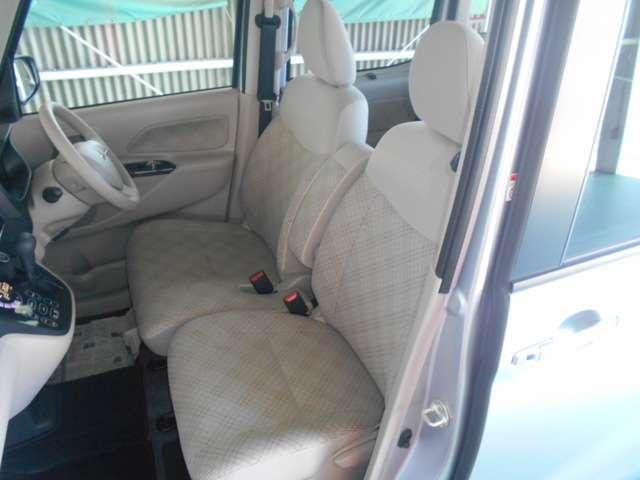 センターアームレスト付フロントベンチシート/運転席シートヒーター付き