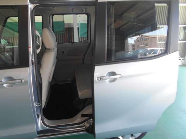 左側オートスライドドア(リモコンキーや室内スイッチ、ドアノブのボタンで開閉出来ます)/左右スライドガラスロールサンシェード付き