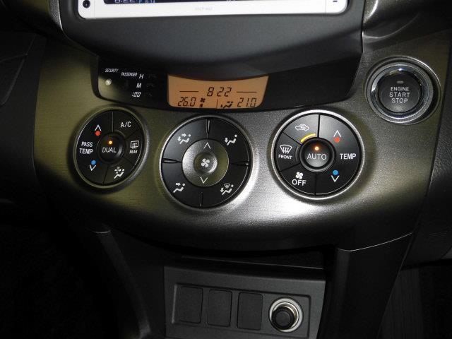 オートエアコン付です。ボタンひとつで室内の温度調節が簡単にできます。いつも快適な車内空間です。