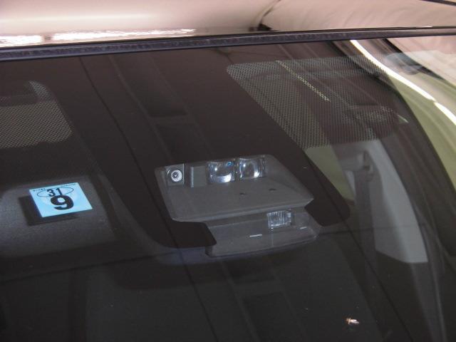 ミリ波レーダーと単眼カメラを併用したセンサーで前方の車両と歩行者を検知し、それに基づく統合的な制御により、事故の回避や衝突被害の軽減を支援します。