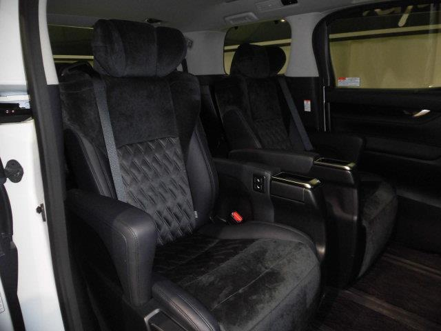ウオークスルーの可能なキャプテンシート。肘掛等がついててシートが豪華。ゆったりお過ごしいただくための装備です。チャイルドシートを使用する際にも便利ですよ。