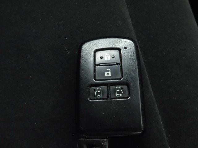 スマートキーをカバンやポケットに入れて持っているだけで、ボタン一つでドアを開閉できます。荷物が多いときなどは大変便利ですよね。