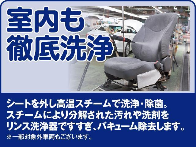 シートを外し高温スチームで洗浄・除菌。スチームにより分解された汚れや洗剤をリンス洗浄器ですすぎバキューム除去します。