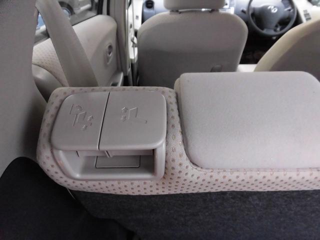 リヤシートの前後スライドとリクライニングはリヤゲート側から操作できます
