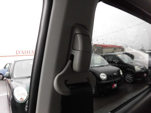 シートベルトショルダーアンカー(運転席&助手席)。シートベルトの高さを最適な位置に調整可能