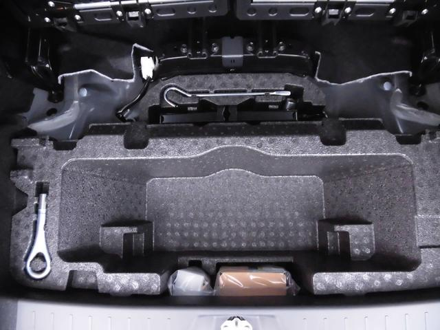 スペアタイヤはありません。パンク修理キットとジャッキはラゲッジルームの下に格納されています(大容量深底ラゲッジアンダーボックス)
