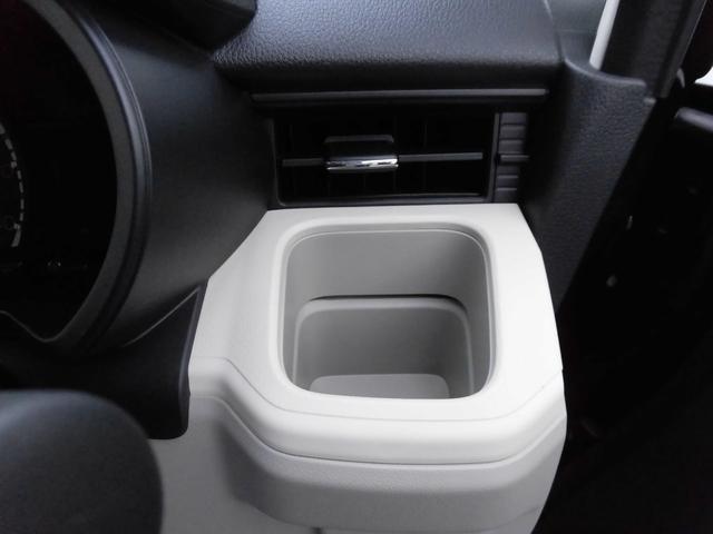掘込み式カップホルダー(運転席用)。吹き出し口の前にあるので冷暖房によりドリンクの温度を保てます