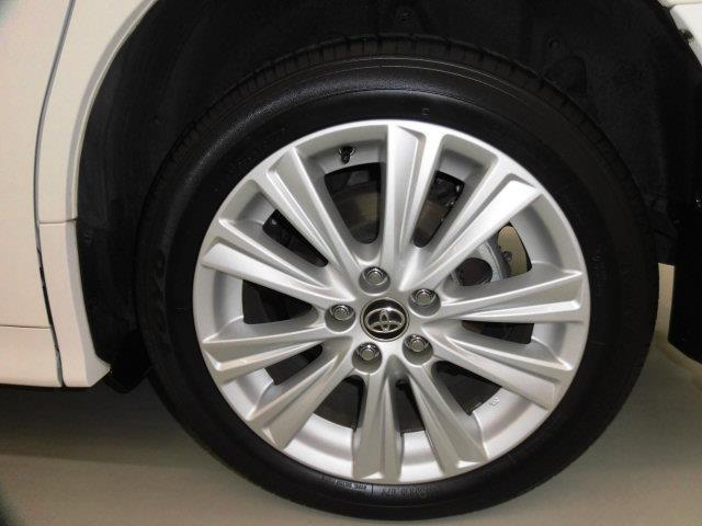 純正18インチアルミホイールがついています。タイヤサイズは235/50R18です。