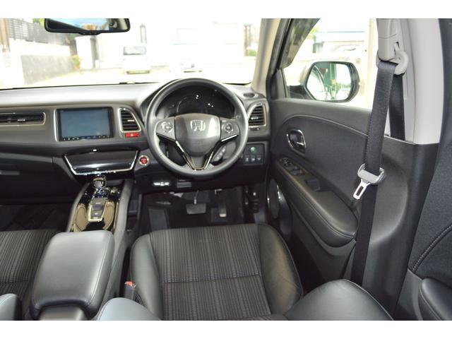 ワイドなコンソールで仕切ることで、運転席と助手席それぞれに独立した空間を確保したフロントシート。