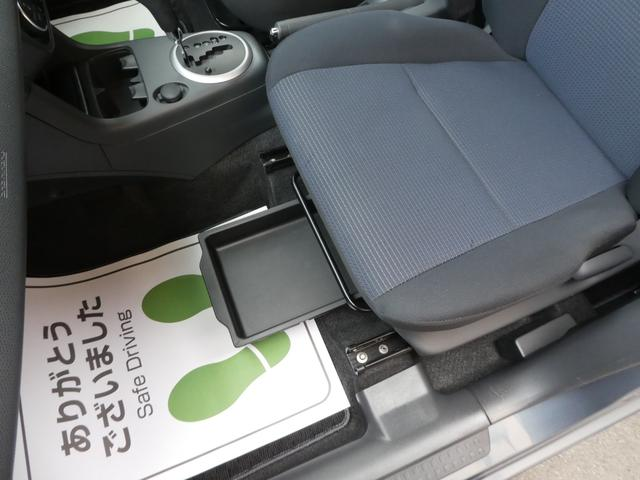 助手席の下には シートアンダーボックスも 装備されております♪