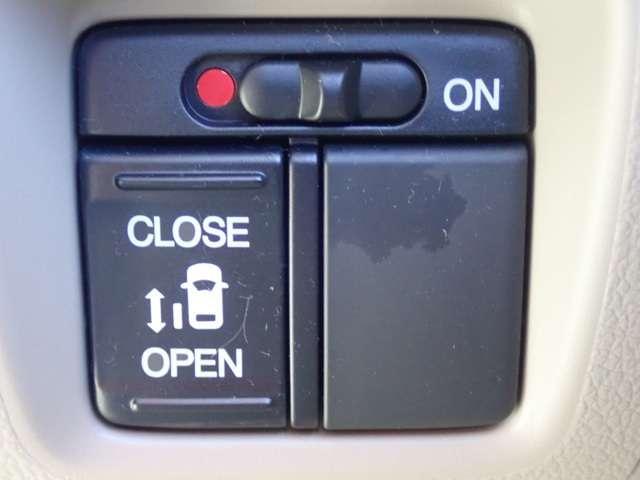 片側パワースライドドアが付いています。ワンタッチで簡単にお子様でも、お年寄りの方でも、開閉できますからとても便利です。キーレスや車内スイッチでも自動でドアの開閉できます。