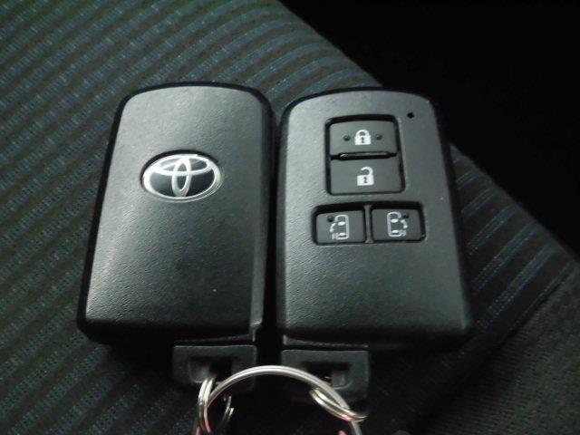 鍵がポケットの中でもドア開閉・エンジンスタートが可能な便利なスマートキーです!