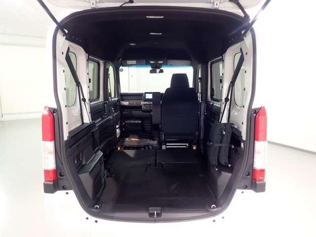 運転席以外の空間すべてに荷物が積めます。