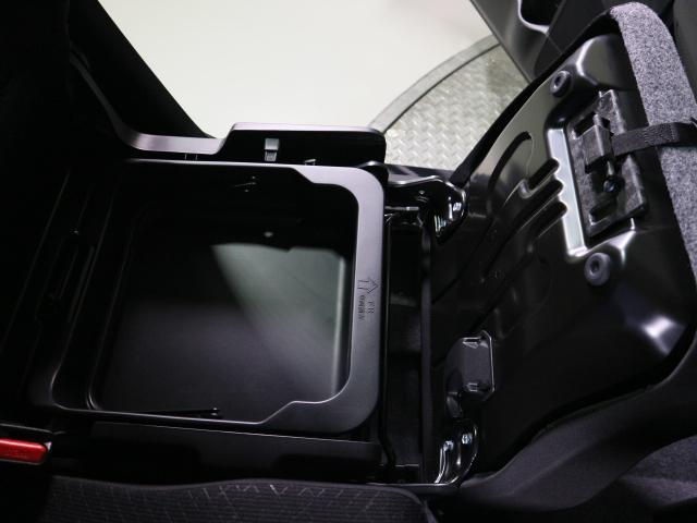 助手席シートアンダーボックスは小物や靴を収納するのに便利です。