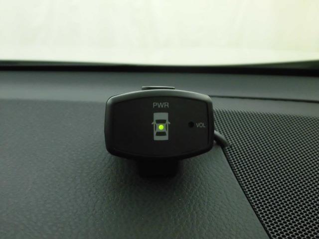 コーナーセンサー付きです。いざというときに、音を出して、ぶつけそうな時にお知らせしてくれます。ただあまり過信しすぎると危険ですので、慎重に運転なさってください!