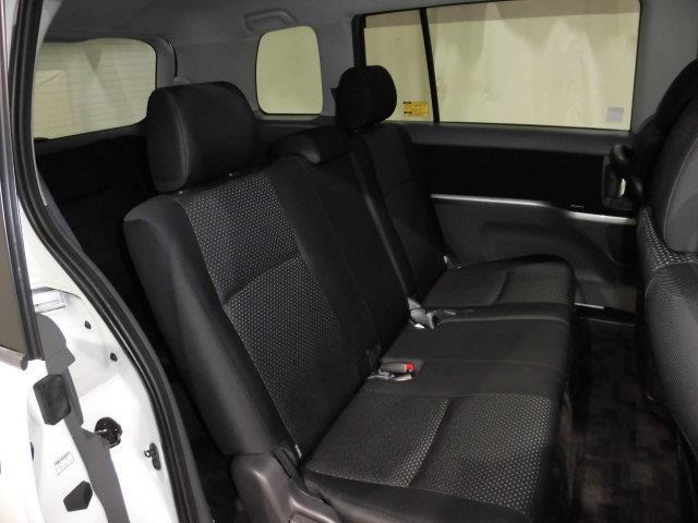 後部座席もきれいに清潔に仕上がっております。内装のきれいなお車で快適なドライブを楽しんでください。