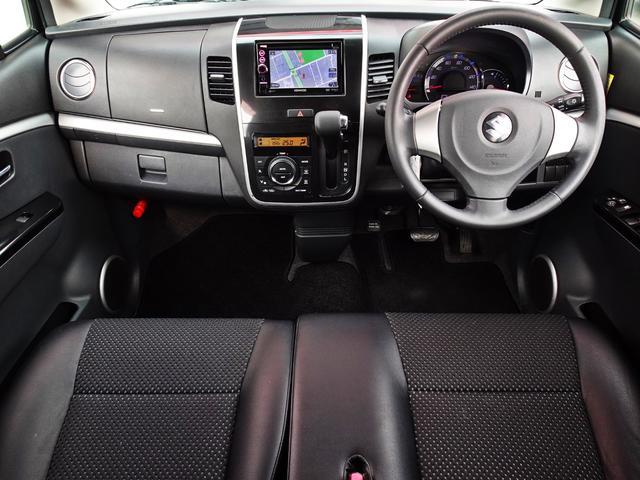 落ち着いた色使い・使い勝手の良いスイッチ類が配置されたダッシュボード周り!ガラスエリアも広く運転席からの視界も良好です◎