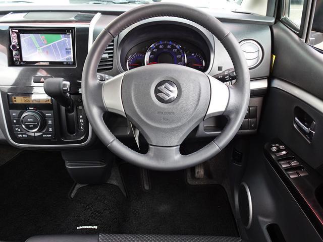飽きの来ないスッキリしたデザインが良いですね♪運転する上で最も長く居るのが運転席!常に視界に入るので純正のリラックスできるデザイン?それとも自分好みにカスタム?購入後の楽しみの一つですね^^