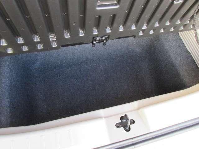 ラゲッジルーム下にも収納があります!傘など入れておくと便利ですね♪