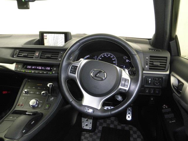 ドライバー目線の画像になります。視界も広く、周囲が見やすいので安全に運転できます。また、周辺機器も簡単に操作できますので、ドライバーにとって使いやすく、万が一の時にも安全に設計されております。