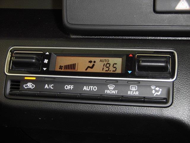 オートエアコンになります。お好みの温度に設定して頂くと、自動でその温度に調節してくれ、維持してくれます。車内の空調管理がしっかりしていることは、快適なドライブをするための重要な条件ですね。