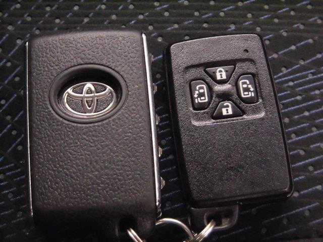 スマートキー付。カバンやポケットに鍵を入れておくだけで、ドアロックの開閉やエンジンスタートが出来ます。荷物を抱えていたり、小さなお子さん連れでもラクラクです!