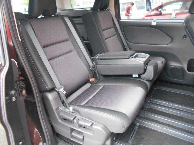 後部座席も広々、ゆったりくつろげます。