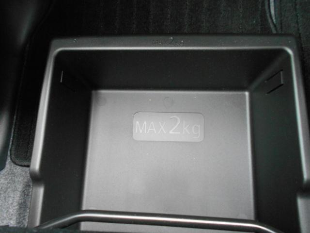 助手席シート下には便利なアンダーボックス装備。