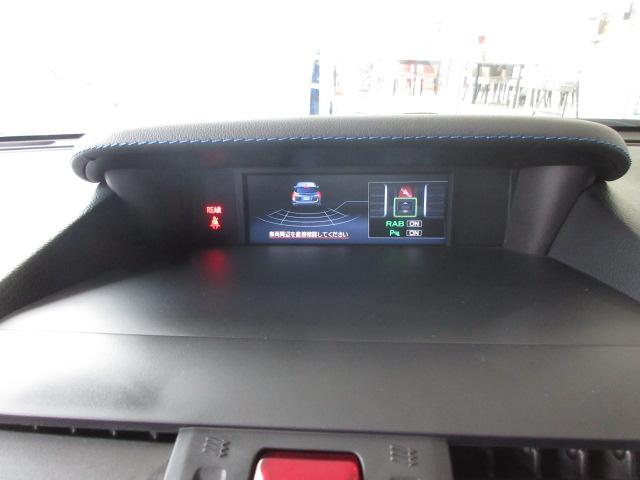 後退時、車体後部に装着されたソナーセンサーが障害物を検知。衝突の可能性がある場合は、警告表示と警報音で、段階的に注意を喚起します。