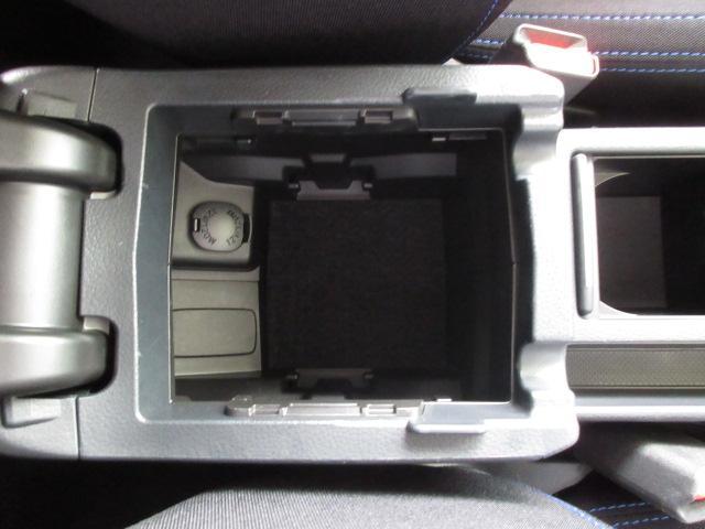 さらに後方のコンソールボックス。電源ソケットもございます。