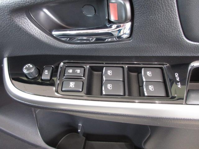 運転席ドアの操作スイッチ。電動格納ミラーも。