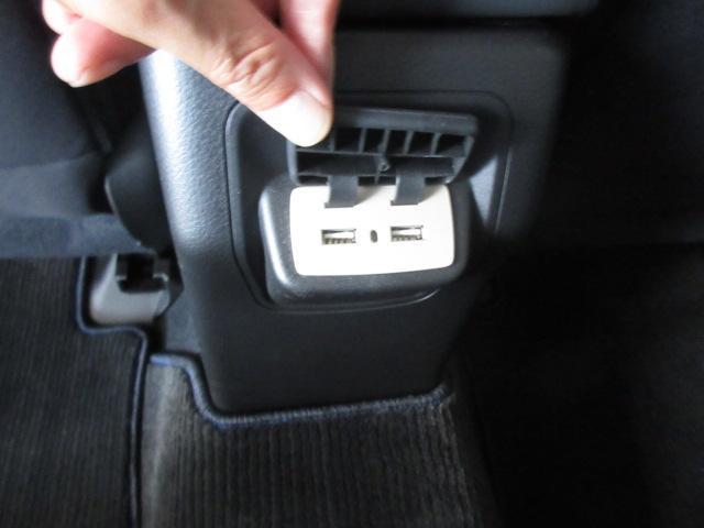 後席の方用にも充電用のUSB出力電源がございます。またシートヒーターも備えています。