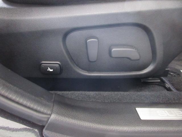 運転席はシートの前後、高低と、膝元の上げ下げ、リクライニング、さらにランバーサポートまで電動で微調整可能です。お好みのポジションに。