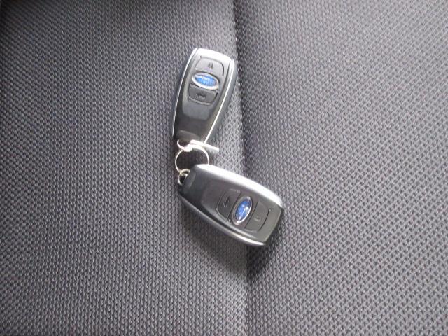 キーレスアクセス&プッシュスタート。ポケットやカバンからキーを出さずにドアの施錠開錠、エンジン始動まで行えます。イモビライザー内蔵!