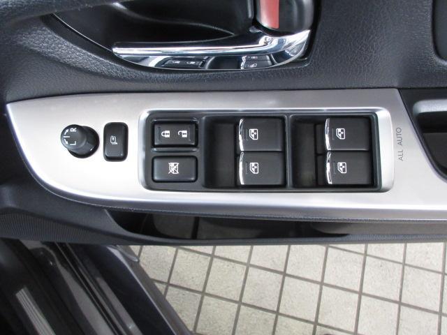 運転席ドアの操作スイッチ。電動格納ミラーもあります。