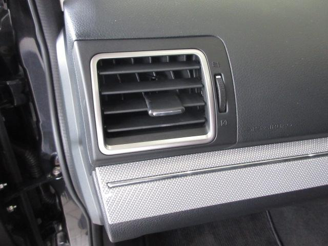 助手席側のダッシュボード。アクセントとなる横長のガーニッシュはグレードによってさまざまな使用があります。こちらはホワイトカーボン調です。
