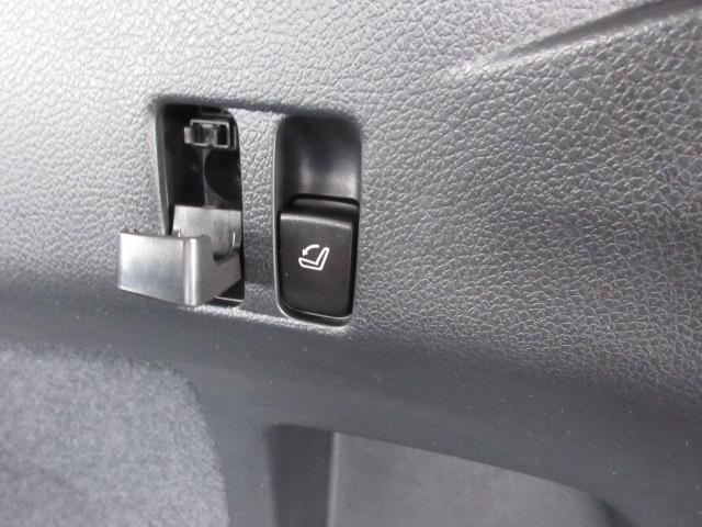 ラゲッジには左右に後席を前方へ倒すスイッチとコンビニフックがございます。