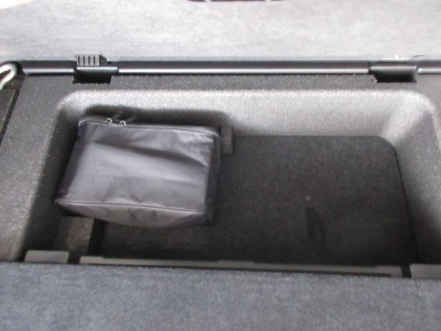 トランクの奥側を開けるとタイヤのパンク応急キットがあります。