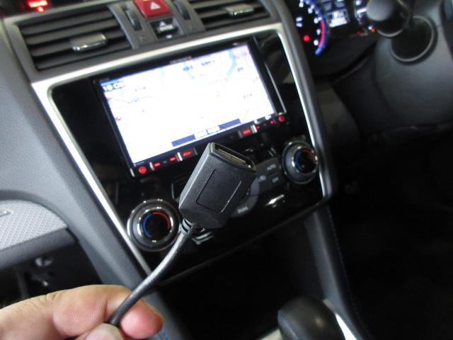 お手持ちの携帯音楽プレーヤーとの接続も可能なUSB接続端子ケーブル付